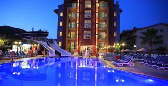 Club Alpina Apartments - מרמריס - בריכה