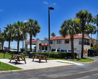 Best Western Orlando East Inn & Suites - Orlando - Building