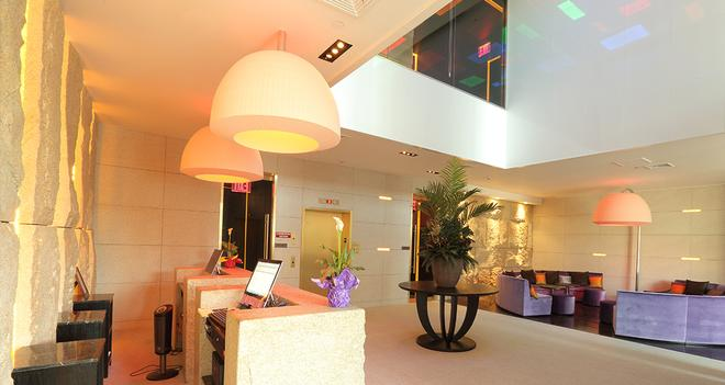 The One Boutique Hotel - Queens - Front desk