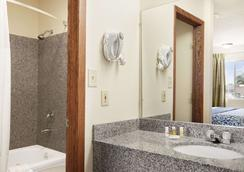 Days Inn by Wyndham Champaign/Urbana - Champaign - Bathroom