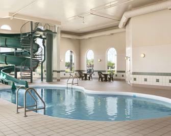 Days Inn & Suites by Wyndham Winkler - Winkler - Pool