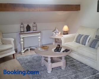King of Gold Stables appartement met stalling voor 5 paarden - Zutendaal - Living room