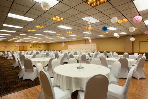 Ramada by Wyndham Bismarck - Bismarck - Banquet hall
