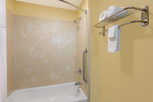 Days Inn by Wyndham New Orleans Pontchartrain - New Orleans - Bathroom