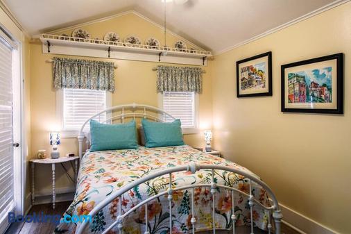Hidden Springs Bed & Breakfast - Eureka Springs - Bedroom