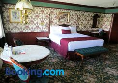 The New Pioneer - Laughlin - Bedroom