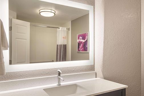 La Quinta Inn & Suites by Wyndham Atlanta Perimeter Medical - Atlanta - Bathroom