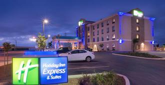Holiday Inn Express & Suites Bakersfield Airport, An IHG Hotel - בייקרספילד