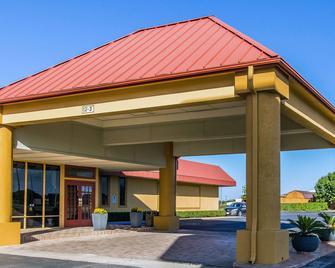 Quality Inn Ada near University - Ada - Building