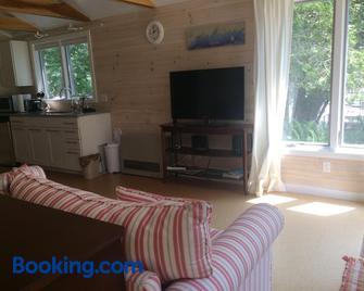 Acadia Ocean Front Garden Cottages - Trenton - Wohnzimmer