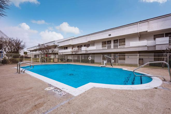 Motel 6 Dallas - Irving Dfw Airport East - Irving - Pool