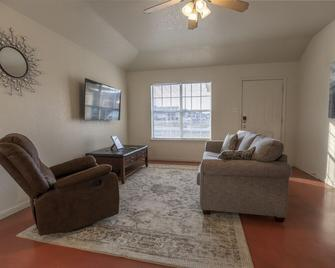 The 2020 Bradley Inn II - Harker Heights - Living room