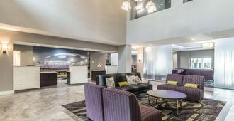 La Quinta Inn & Suites by Wyndham Arlington North 6 Flags Dr - Arlington - Resepsjon