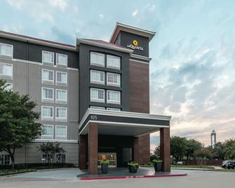 La Quinta Inn & Suites by Wyndham Arlington North 6 Flags Dr - Арлингтон - Building
