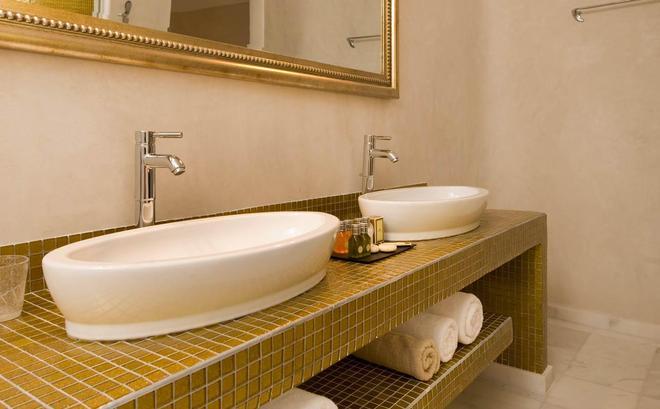 Gold Suites - Thera - Bathroom