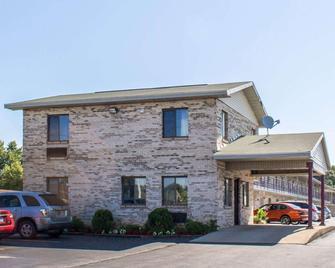 Econo Lodge Elkhart - Elkhart - Building