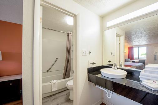 Motel 6 Norfolk-Oceanview - Norfolk - Bathroom