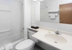 Super 8 by Wyndham Merrillville - Merrillville - Bathroom