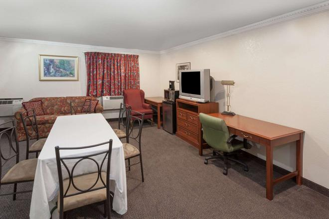 Super 8 by Wyndham Merrillville - Merrillville - Living room