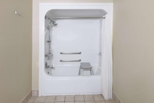Super 8 Arlington Near At&t Stadium - Arlington - Bathroom
