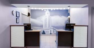 La Quinta Inn by Wyndham Lincoln - Lincoln - Front desk