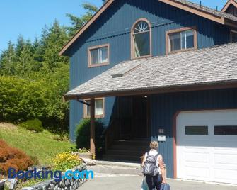 Moon And Sixpence Bed And Breakfast - Ucluelet - Building