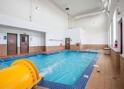 勒斯布里奇品質套房酒店 - 列斯布里居 - Lethbridge/萊斯布里奇 - 游泳池