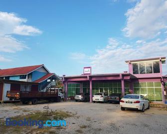 Paka Tamim Seaview Hotel - Paka - Building