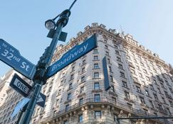 Martinique New York on Broadway , Curio Collection by Hilton - Nueva York - Edificio