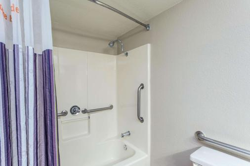 La Quinta Inn & Suites by Wyndham Orlando Universal area - Orlando - Bathroom