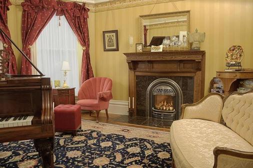 C'est La Vie Inn - Eugene - Living room