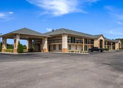 Quality Inn North - Battleboro - Building