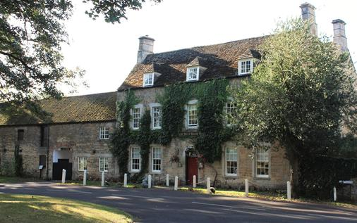 Fox And Hounds - Oakham - Building