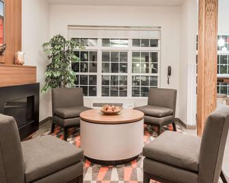 Microtel Inn and Suites by Wyndham Sweetwater - Sweetwater - Wohnzimmer