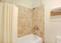 Travelodge by Wyndham Seattle North of Downtown - Seattle - Bathroom