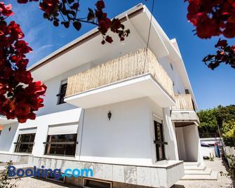 Lisbon Surf Villa - Almada - Building