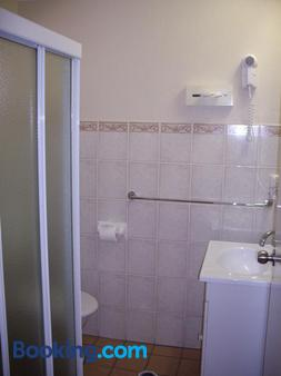 Estelle Kramer Motor Inn - Armidale - Bathroom