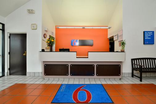 Motel 6 Plano - Preston Point - Plano - Front desk