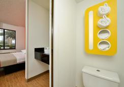 Motel 6 Plano - Preston Point - Plano - Bathroom