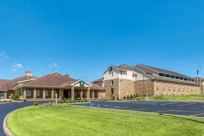 Quality Inn and Suites Bedford West - Bedford - Gebäude
