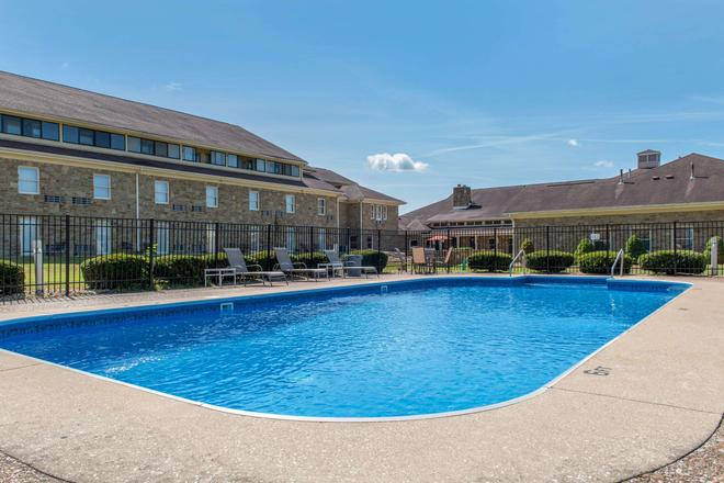 Quality Inn and Suites Bedford West - Bedford - Pool
