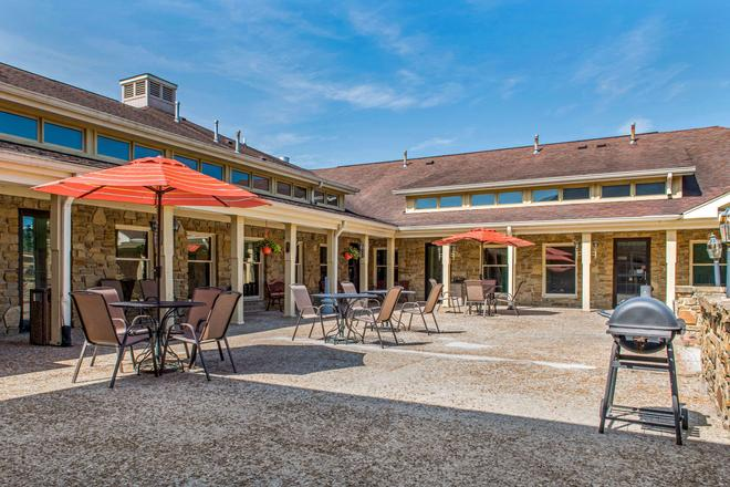 Quality Inn and Suites Bedford West - Bedford - Innenhof