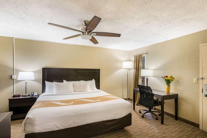 Quality Inn University - Lansing - Bedroom