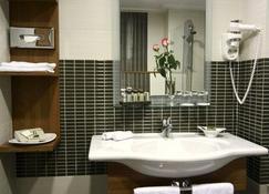 International Hotel - Zagreb - Bathroom