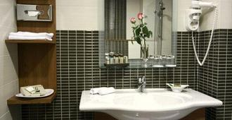 International Hotel - Zagreb - Bathroom