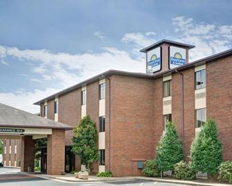 Days Inn & Suites by Wyndham Hickory - Hickory - Building