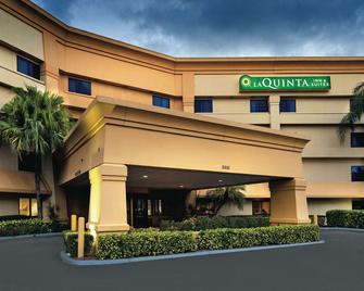 La Quinta Inn & Suites by Wyndham Miami Airport East - Miami - Building