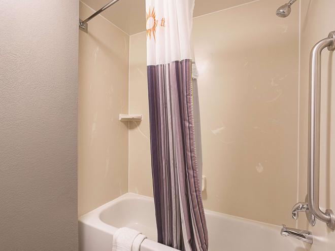 La Quinta Inn & Suites by Wyndham Miami Airport East - Miami - Bathroom