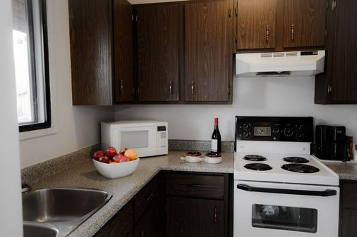 Recreation Inn And Suites - Kelowna - Kitchen