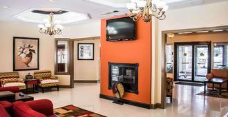Clarion Inn and Suites Savannah Midtown - Саванна - Лобби